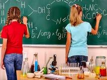 Criança na classe de química Imagens de Stock Royalty Free