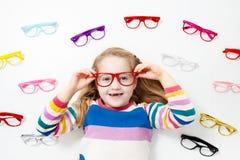 Criança na criança do teste da vista do olho em optitian Eyewear para crianças Foto de Stock Royalty Free