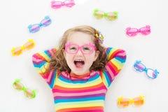 Criança na criança do teste da vista do olho em optitian Eyewear para crianças Fotos de Stock