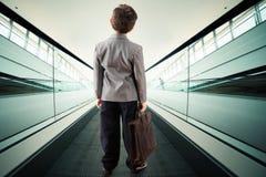 Criança na escada rolante fotos de stock