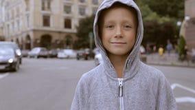 Criança na estrada contra um fundo de carros obscuros filme