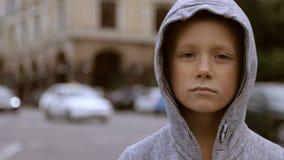 Criança na estrada contra um fundo de carros obscuros vídeos de arquivo
