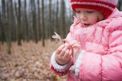 Criança na floresta Foto de Stock