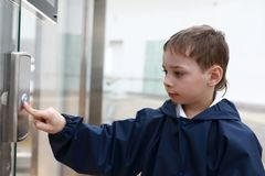 Criança na frente do elevador fotos de stock royalty free