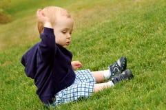 Criança na grama Fotos de Stock Royalty Free