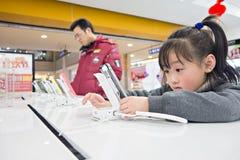 Criança na loja de Apple Imagem de Stock Royalty Free