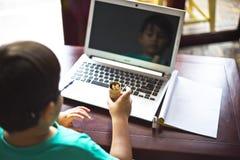 Criança na mesa Fotografia de Stock