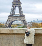 Criança na moda feliz que chama para ver a torre Eiffel Paris, France Imagem de Stock Royalty Free