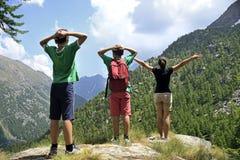 Criança na montanha - olhe a natureza Fotos de Stock Royalty Free