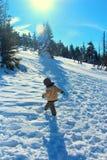 Criança na passagem nevado de Karkonoska no inverno Imagem de Stock Royalty Free