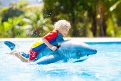 Criança na piscina Criança no flutuador inflável fotografia de stock