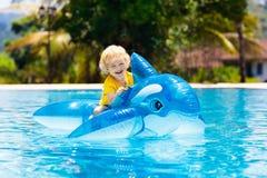Criança na piscina Criança no flutuador inflável imagens de stock