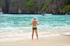 Criança na praia. Tailândia. Mar de Andaman. Fotografia de Stock