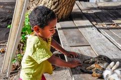 Criança na vila local em Mana Island, Fiji foto de stock royalty free