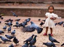 Criança nepalesa no quadrado de Kathmandu Durbar, Nepal foto de stock