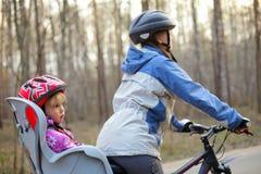 Criança no assento da bicicleta Fotos de Stock