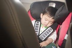 Criança no assento de carro Fotos de Stock Royalty Free