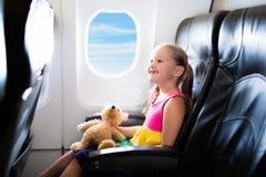 Criança no avião Voo com crianças Voo da família imagens de stock royalty free
