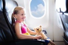 Criança no avião Voo com crianças Voo da família imagens de stock