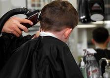 Criança no barbeiro Fotos de Stock Royalty Free