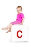 Criança no bloco com letra Fotografia de Stock Royalty Free