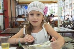 Criança no café da rua Fotos de Stock