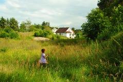 Criança no campo verde Imagens de Stock Royalty Free