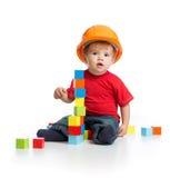 Criança no capacete de segurança com blocos de apartamentos Foto de Stock Royalty Free