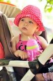 Criança no carrinho de criança foto de stock