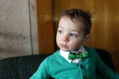 Criança no casaco de lã verde fotografia de stock royalty free