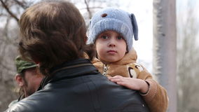 Criança no chapéu no pai Hands filme