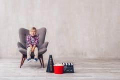 Criança no cinema fotos de stock royalty free