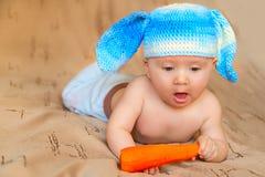 Criança no coelho do chapéu com cenoura Fotos de Stock