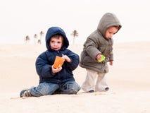 Criança no deserto Fotos de Stock