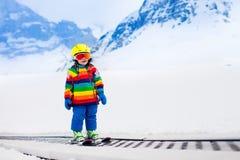 Criança no elevador de esqui imagem de stock