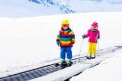 Criança no elevador de esqui foto de stock