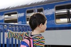 Criança no estação de caminhos-de-ferro imagem de stock