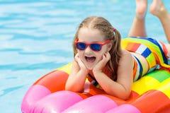 Criança no flutuador inflável na piscina fotografia de stock royalty free