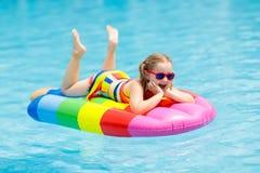 Criança no flutuador inflável na piscina fotos de stock