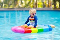 Criança no flutuador inflável na piscina imagem de stock