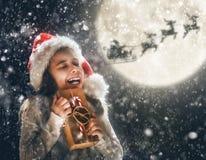Criança no fundo escuro foto de stock
