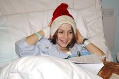 Criança no hospital no Natal fotografia de stock royalty free