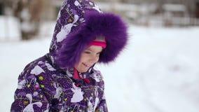 Criança no inverno Menina feliz ao ar livre vídeos de arquivo