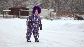 Criança no inverno Menina feliz ao ar livre filme