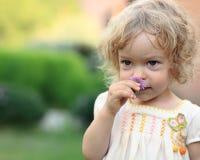 Criança no jardim da mola Fotografia de Stock