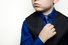 Criança no laço da terra arrendada do terno de negócio Foto de Stock