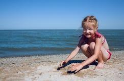 Criança no mar imagens de stock