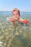 Criança no mar Fotos de Stock Royalty Free