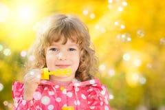 Criança no outono foto de stock