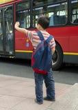 Criança no paragem do autocarro fotos de stock royalty free